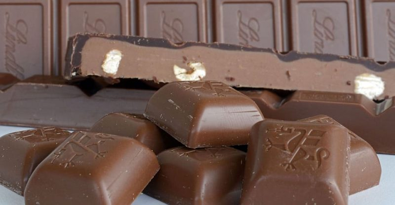 Sucrose esters of fatty acids in chocolate